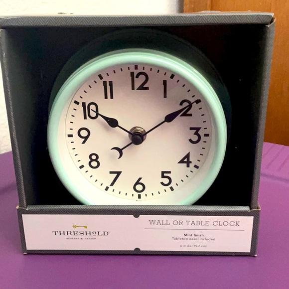 Threshold wall or table clock
